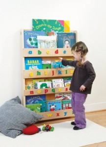 The best toys and gifts for a Montessori toddler. open ended toys, and what is best for a young toddler. www.naturalbeachliving.com