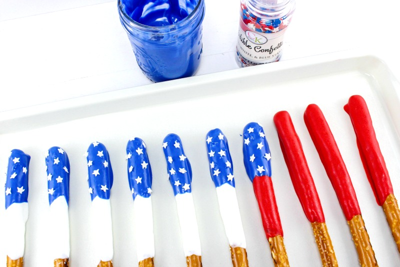 How to Make Chocolate Covered Pretzels Patriotic, Perfect for Memorial Day, 4th of July, Summer treat or Party food, these Chocolate Pretzels are delicious
